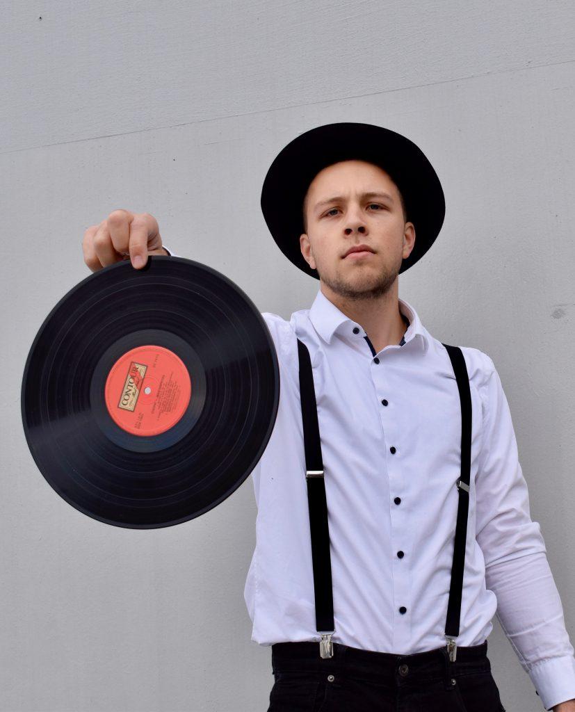 DJ Rics mit Schallplatte vor dem auflegen