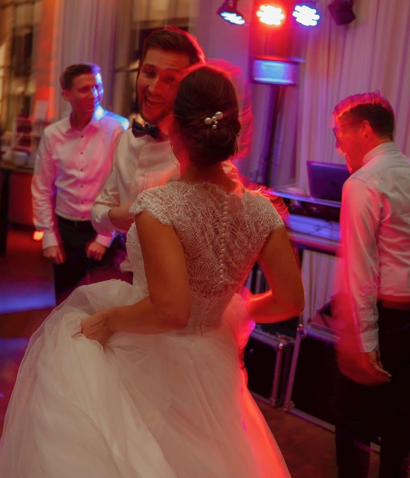 Tanzendes Brautpaar auf einer Hochzeit in Köln von DJ Rics